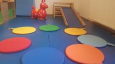 Verschieden farbige Kissen liegen in einem Kreis