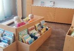 Der Buchbestand der Kinderkrippe in der Mitte zwei Kinder
