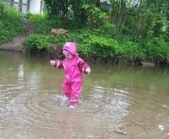 Ein Kind steht im Wasser