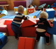 Zwei spielende Kinder