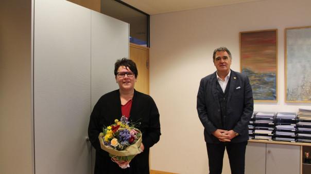 Bürgermeister Thomas Hölsch und Tanja Ankele mit dem überreichten Blumenstrauß