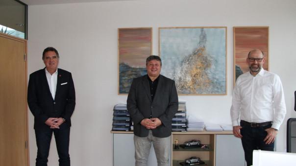 von links zu sehen: Bürgermeister Thomas Hölsch, Frank Glaunsinger, Hans-FabianBail