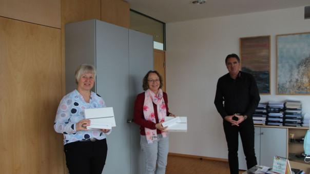 Bürgermeister Thomas Hölsch mit Heiderose Obexer und Irmgard Guth mit den neuen Medien