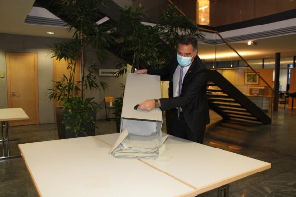Bürgermeister Thomas Hölsch leert die Wahlurne