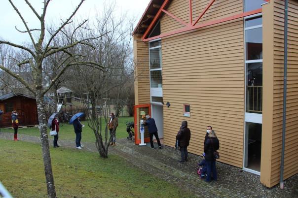 Das Wahllokal Kindergarten Geigesried mit den anstehenden Wählerinnen und Wähler