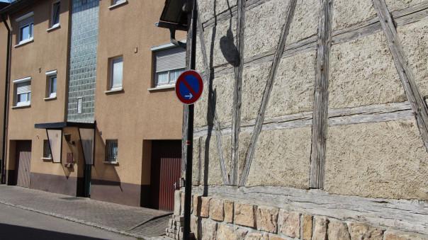 Das Halteverbotsschild vor dem Gebäude Austraße 12/1