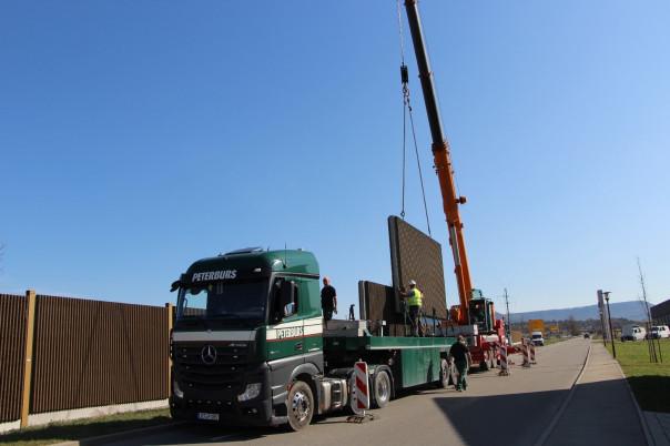 Die Lärmschutzelemente werden auf einem Lkw transportiert