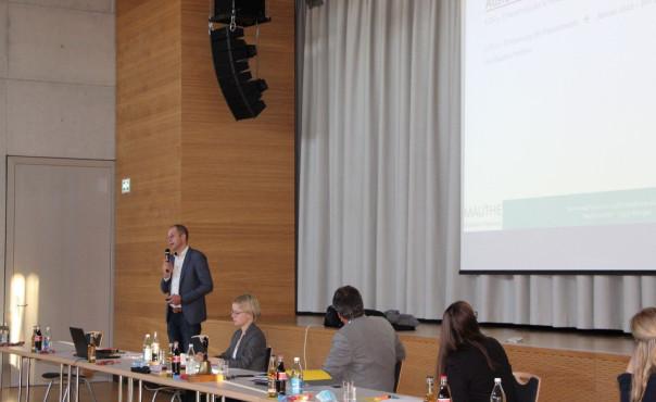 Herr Wolfgang Rettinger von der Mauthe GmbH stellt die einzelnen Angebote vor