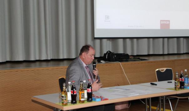 Herr Allgaier von der Steuerberatungsgesellschaft Kobera erläutert die Jahresabschlüsse