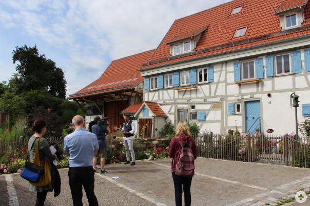 Bürgermeister Thomas Hölsch im Gespräch mit Medienvertretern vor dem Hindenburgplatz 13